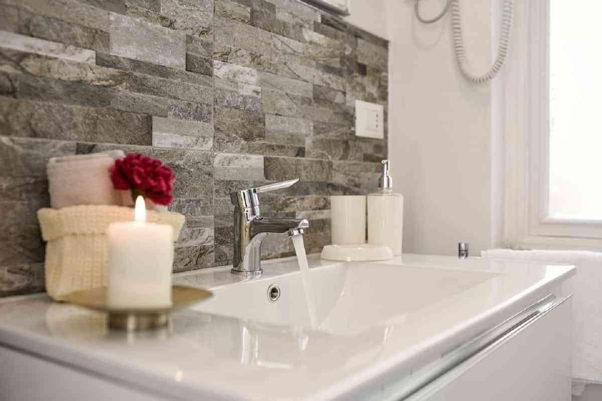 Jabones y velas aromáticas para agregar delicioso aroma en el baño