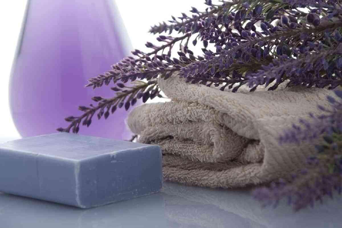 Toallas secas en el baño, fundamental para mantener un agradable aroma.