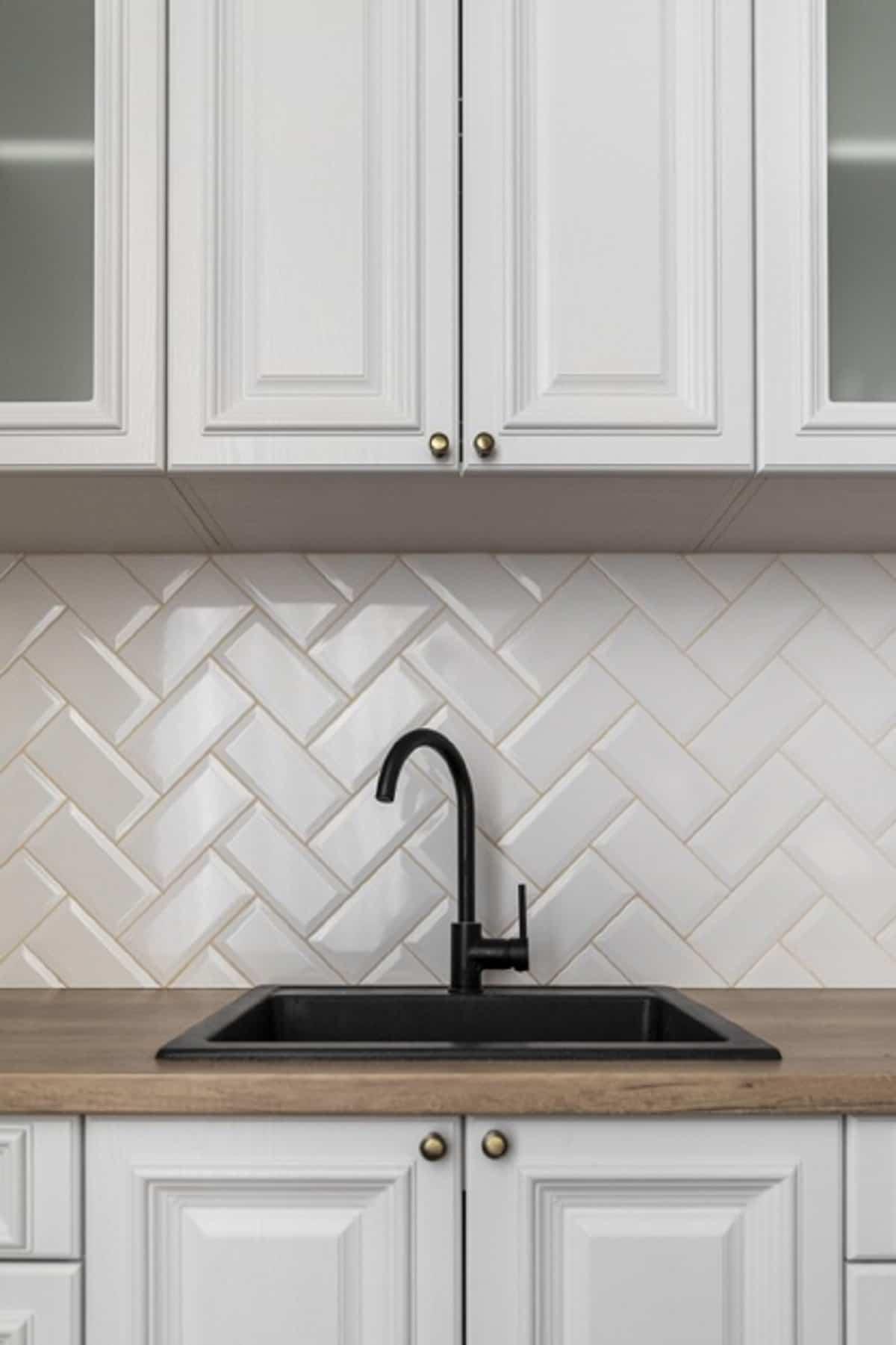 Tendencias actuales para la cocina es la colocación original de los azulejos.