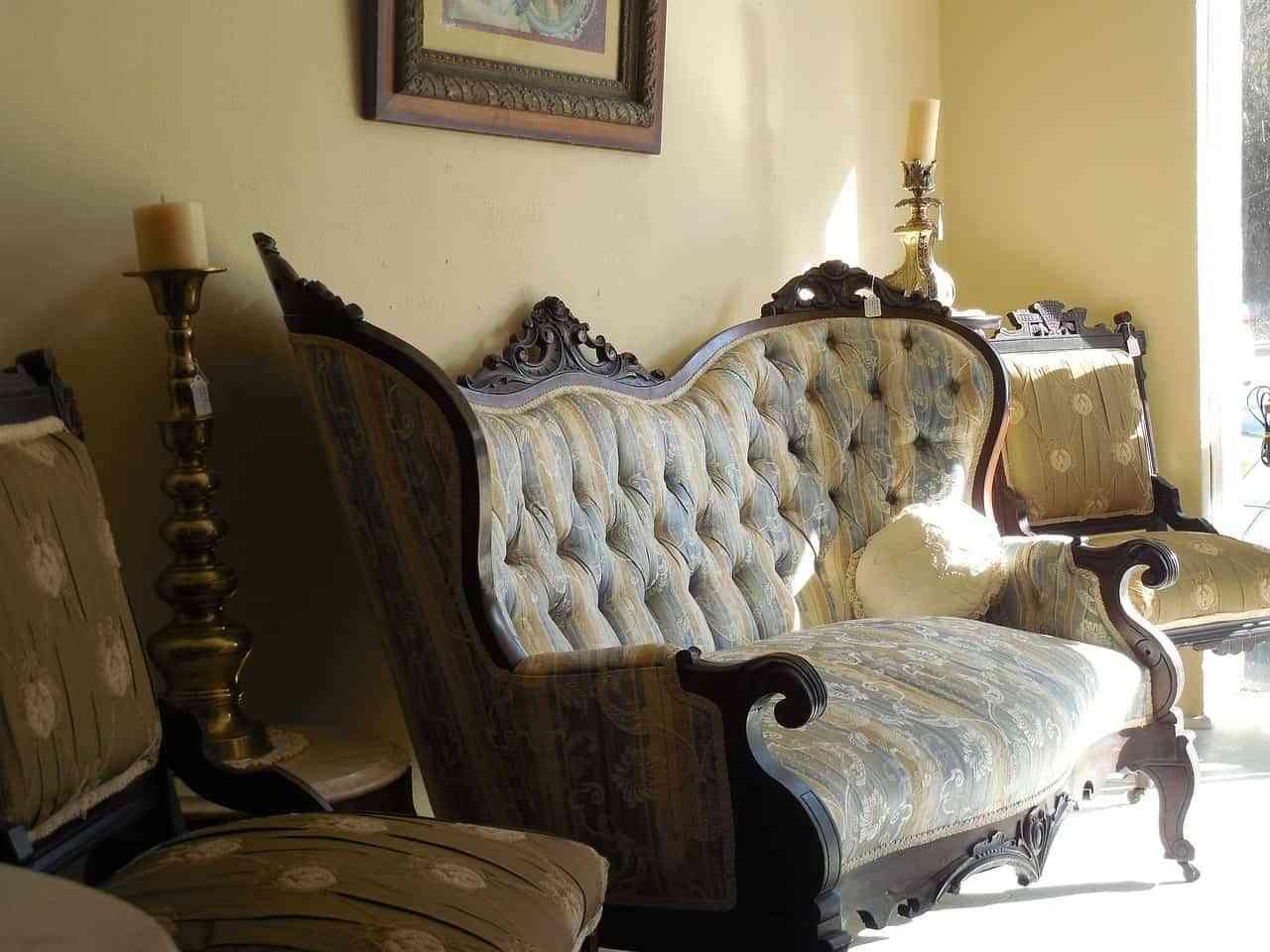 Para evocar el estilo victoriano los muebles lujosos estilo francés son los ideales para agregar en el salón.