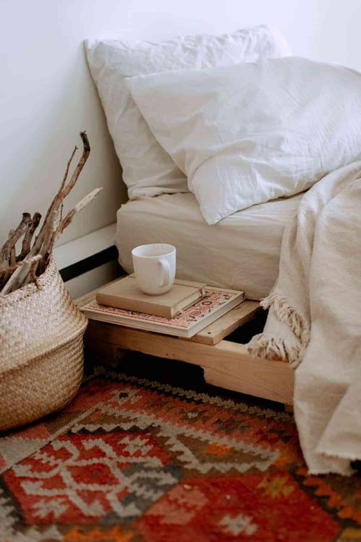 La cama con almacenamientos son muebles ideales para guardar objetos en el espacio que queda debajo del colchón.