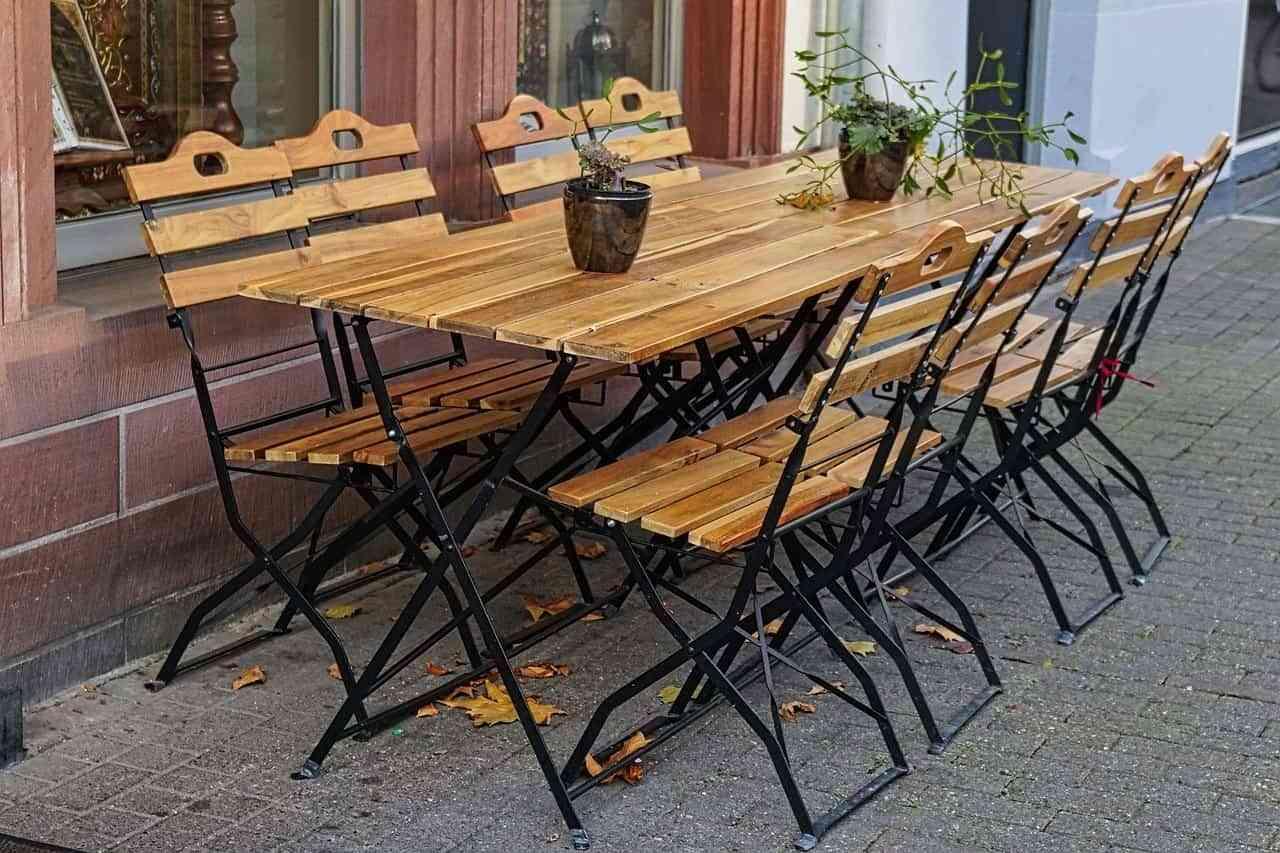 La madera y el mimbre son los mejores materiales para el estilo natural del comedor de exterior.