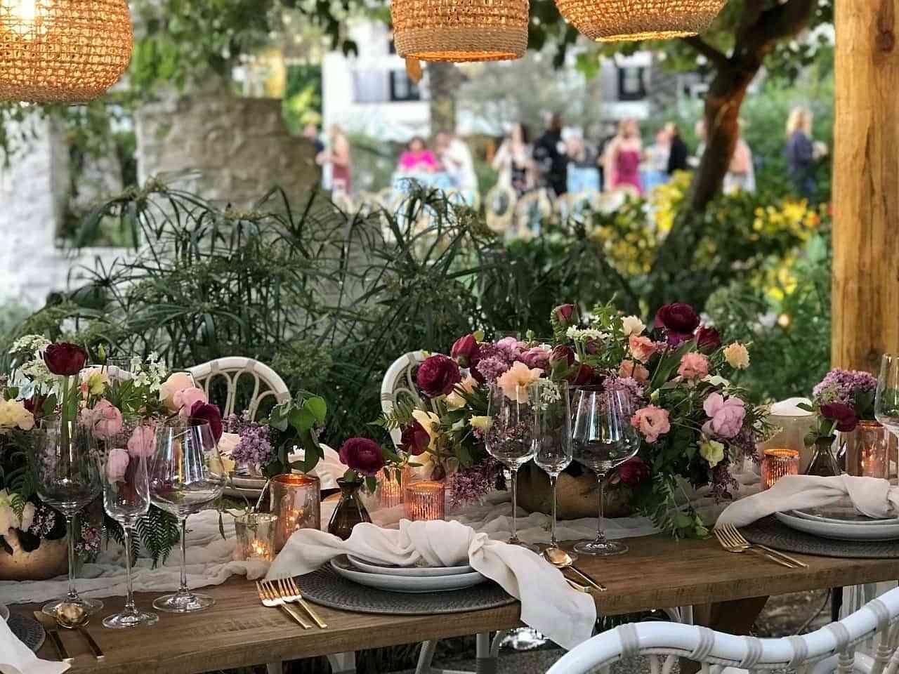 Agregar flores, vajilla colorida, jarrones, todo agrega un toque fresco y de color para decorar la mesa del comedor.