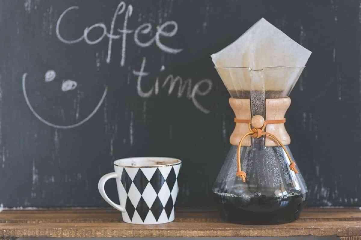 Coloca una pizarra en tu rincón de café ,es una gran idea para escribir un mensaje estimulante para comenzar tu día.