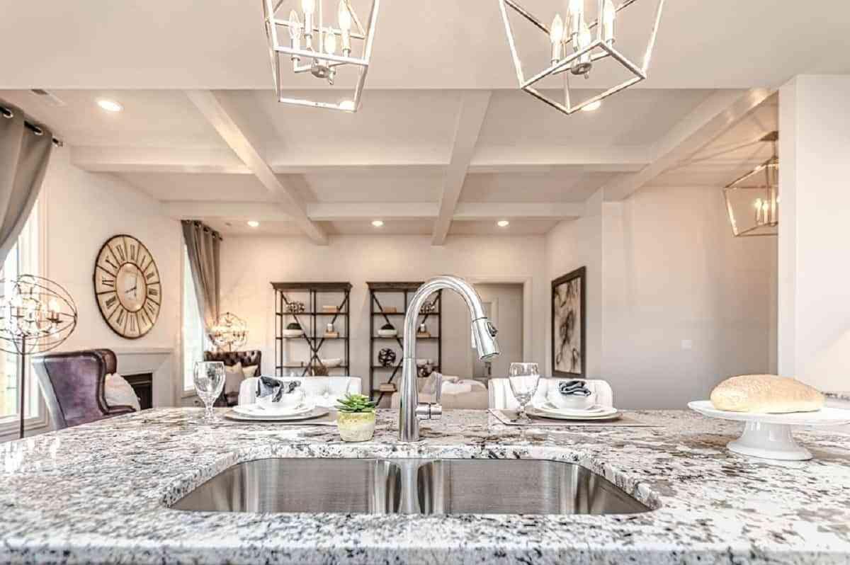 Además de la elección de los colores, es fundamental incorporar buenas combinaciones de materiales, como el mármol y la piedra para el fregadero.