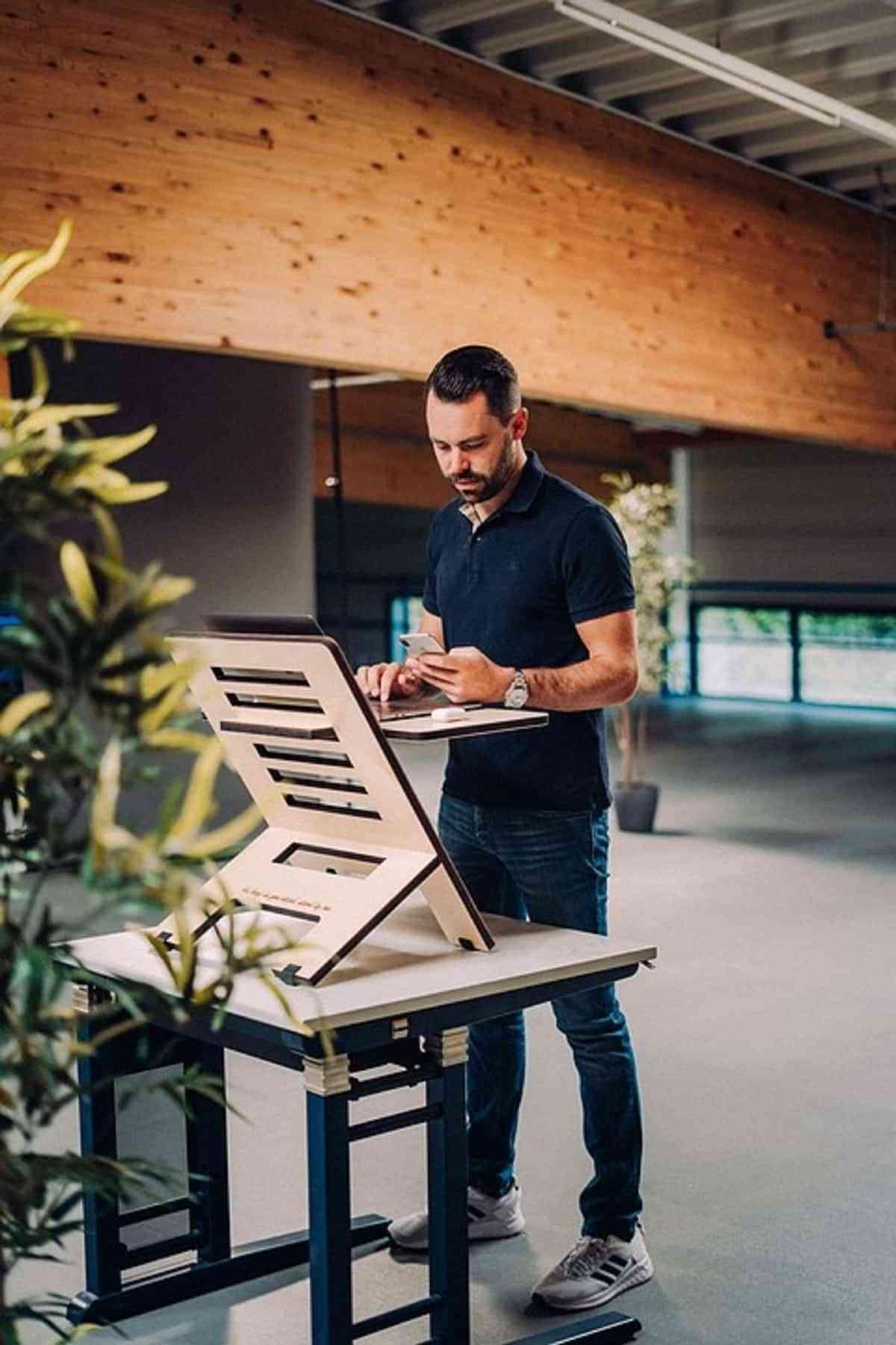 Trabajar en un escritorio de pie tiene grandes beneficios para nuestra espalda, cuello y brazos.