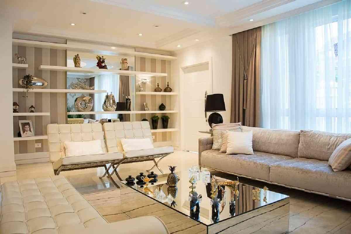 Colocar cortinas claras y de material fino es fundamental si tu casa es oscura, para dejar pasar la luz en el día.