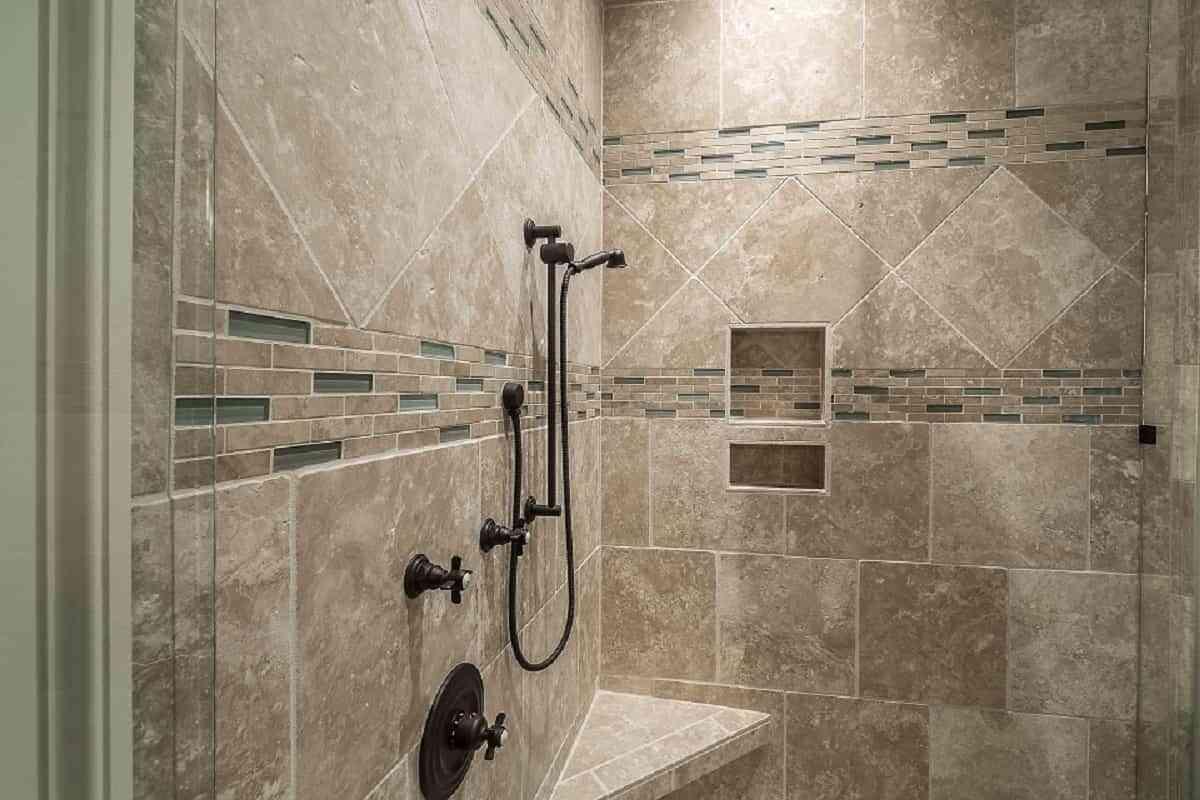 Colocar un rociador manual , que lo puedas tomar para enjuagarte a tu gusto es una manera de actualizar tu ducha de un modo muy fácil y cómodo para que tu baño resulte placentero.