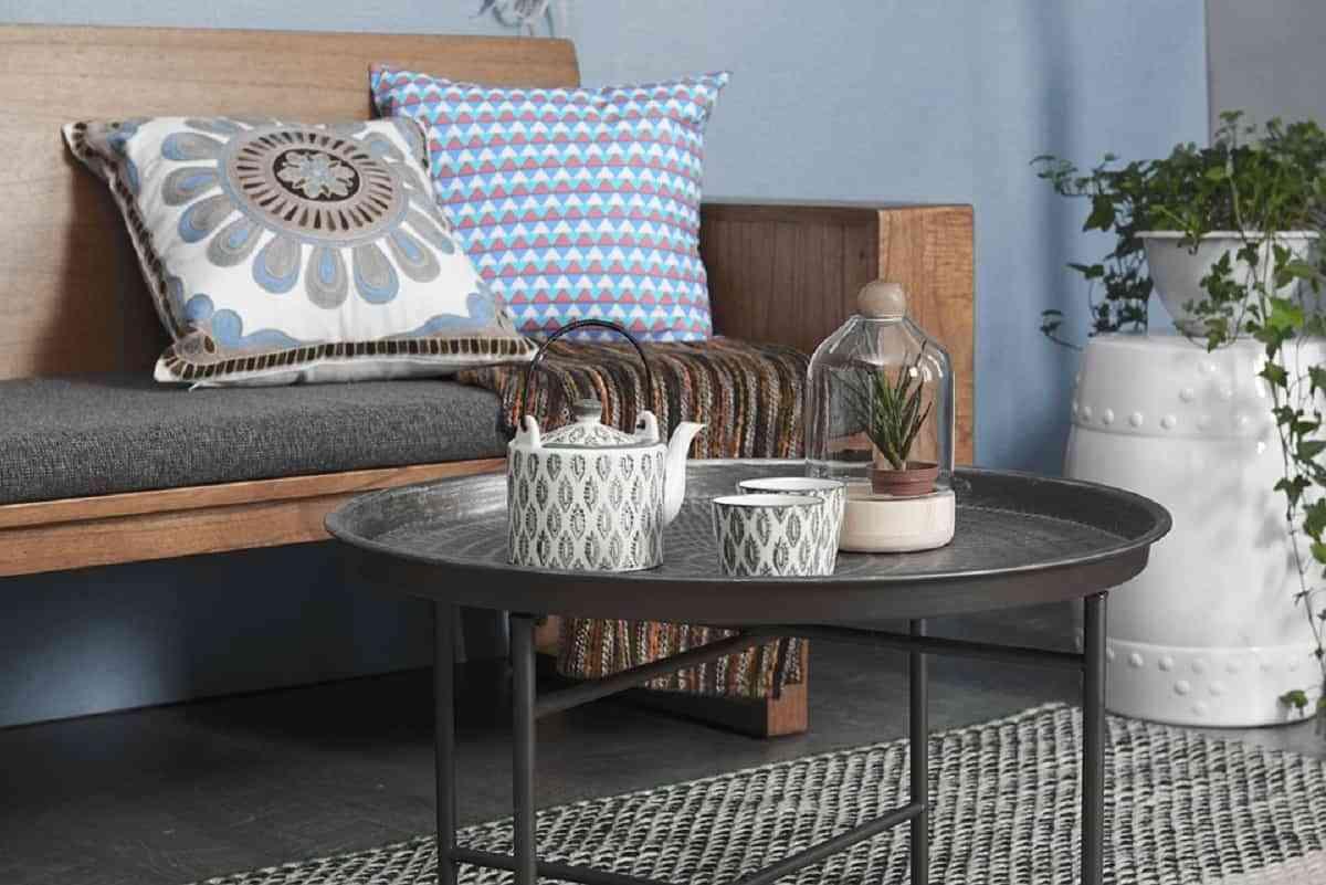 Decora la mesa de centro con jarrones y botellones, cerámicas son ideas creativas y originales para dar un toque a tu salón.