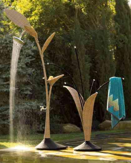 seguro que en esto han pensado los creadores de wicker es una ducha creada con forma de planta que va acompaada de un toallero tambin con forma de hojas